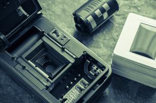 裏蓋を開けたフィルムカメラの写真素材 [FYI00244602]