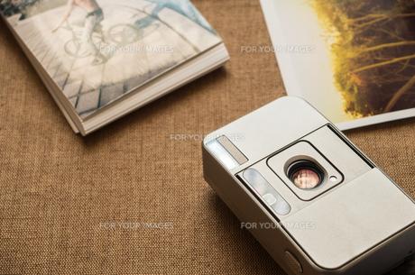 コンパクトカメラとプリントの写真素材 [FYI00244615]