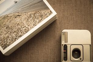 コンパクトカメラと積み上げたプリントの素材 [FYI00244631]