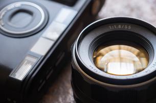 コンパクトカメラとレンズの写真素材 [FYI00244645]