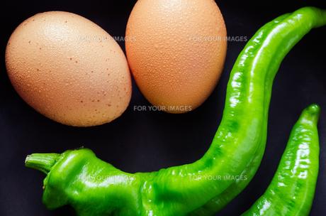 卵とトウガラシの素材 [FYI00244664]