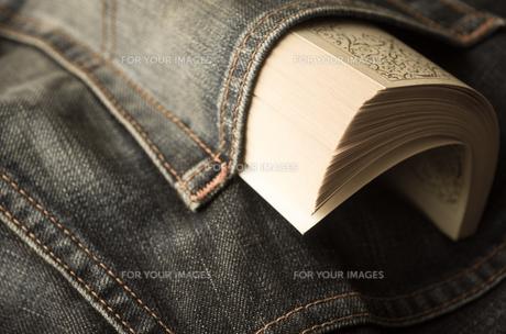 ジーンズのポケットに入れた文庫本の素材 [FYI00244685]