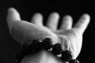 数珠と手の写真素材 [FYI00244696]