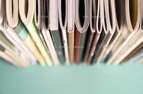 本棚に並べた雑誌のクローズアップの素材 [FYI00244717]