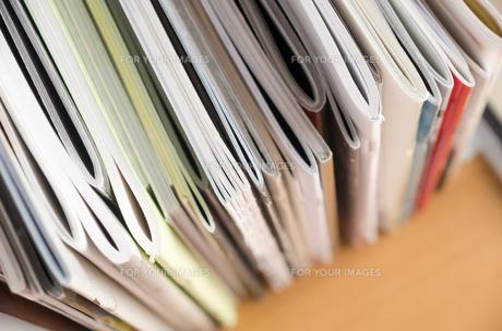 本棚に並べた雑誌の素材 [FYI00244718]