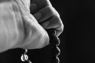 数珠を握る手の素材 [FYI00244725]