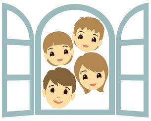 窓からのぞく笑顔の家族の写真素材 [FYI00244881]