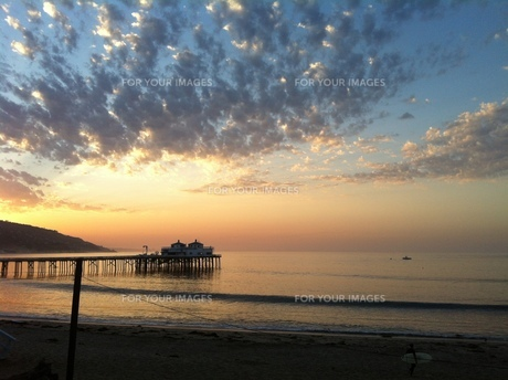 sunrise over malibu pier の素材 [FYI00245582]