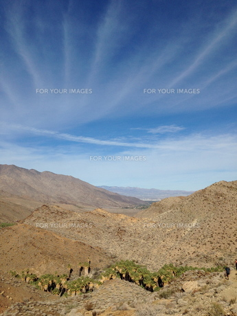 cloud lines over mountains の写真素材 [FYI00245590]