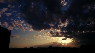 闇に覆われる空の写真素材 [FYI00245600]