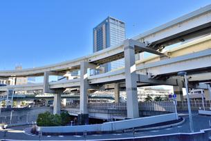 横浜駅前沿いを走る首都高速道路の写真素材 [FYI00245665]