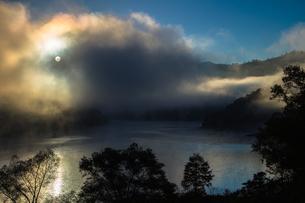 奥只見湖 霧と光の夜明けの写真素材 [FYI00245673]