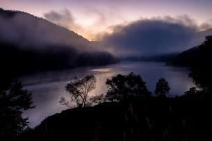 夜明け前の霧の湧く奥只見湖の写真素材 [FYI00245693]