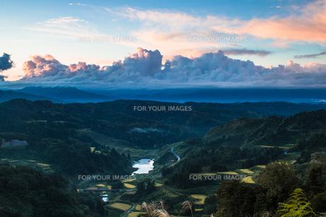 山古志の夜明けと棚田の景観の素材 [FYI00245694]