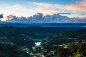 山古志の夜明けと棚田の景観の写真素材 [FYI00245694]