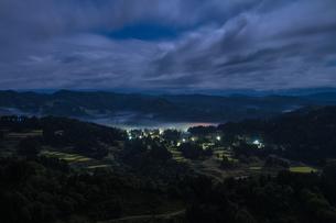 夜霧の山古志集落と棚田の写真素材 [FYI00245698]