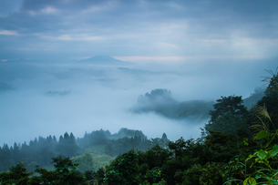 雲海の山古志の写真素材 [FYI00245706]