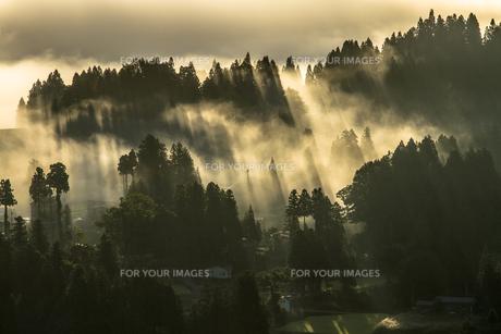 光芒の山古志集落の写真素材 [FYI00245708]