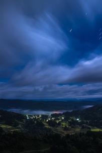 夜霧の山古志集落と棚田の写真素材 [FYI00245715]