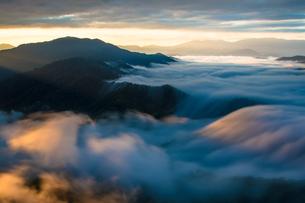 枝折峠 朝陽に輝く雲海と滝雲の写真素材 [FYI00245721]