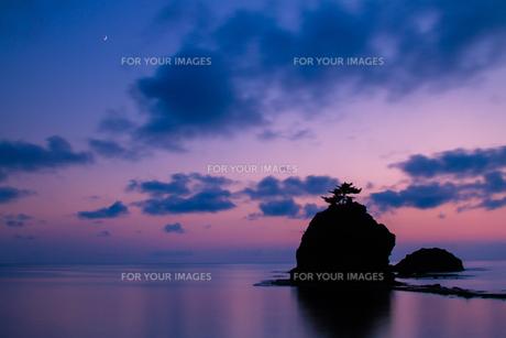 恋人岬 夕暮れの日本海と三日月の写真素材 [FYI00245731]