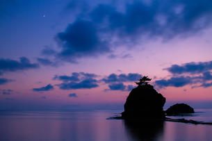 恋人岬 夕暮れの日本海と三日月の素材 [FYI00245731]