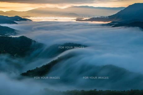 枝折峠 朝焼けの雲海と滝雲の素材 [FYI00245734]