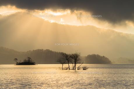 裏磐梯・桧原湖の柔らかな朝の光に包まれた風景の写真素材 [FYI00245738]