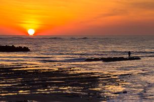 夕焼けの日本海に沈むダルマ太陽の素材 [FYI00245744]