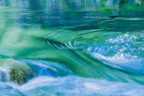 新緑が写り込んだ清流の水面の素材 [FYI00245747]