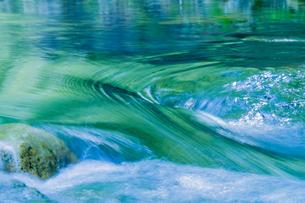 新緑が写り込んだ清流の水面の写真素材 [FYI00245747]
