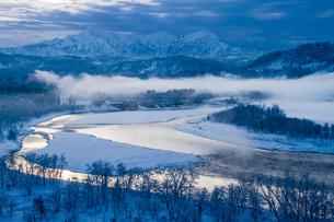 輝く信濃川と越後三山の雪景色の素材 [FYI00245762]