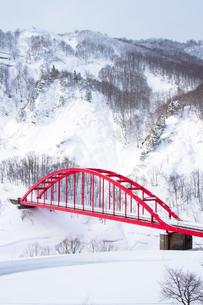 豪雪地の赤い橋の写真素材 [FYI00245766]