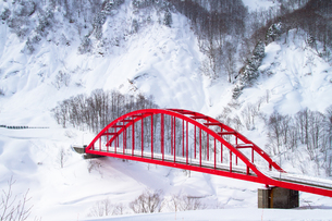 豪雪地の赤い橋の写真素材 [FYI00245767]