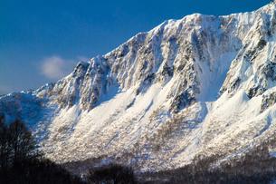 鳥甲山 雪の岩壁の写真素材 [FYI00245770]