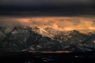 神秘的な山の朝焼けの素材 [FYI00245773]