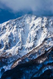 鳥甲山 雪の岩壁の写真素材 [FYI00245779]
