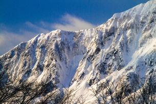 鳥甲山 雪の岩壁の写真素材 [FYI00245785]