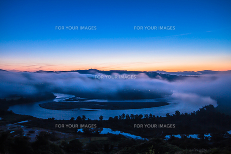 霧と朝焼けの信濃川の素材 [FYI00245794]