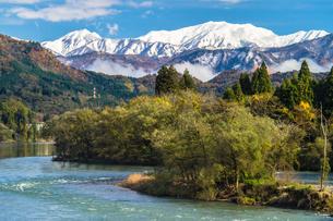 麒麟山温泉から望む冠雪の飯豊山と晩秋の阿賀野川の素材 [FYI00245796]