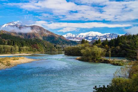 麒麟山温泉から望む阿賀野川と冠雪の飯豊山の素材 [FYI00245797]