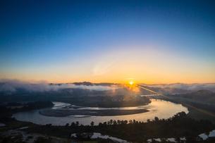 霧と日の出の信濃川の素材 [FYI00245814]