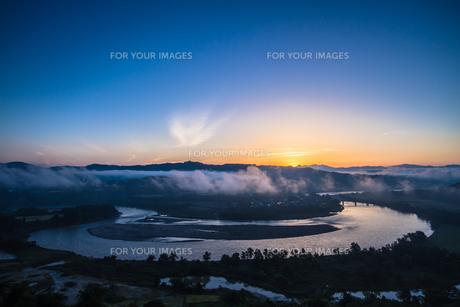 霧と朝焼けの信濃川の素材 [FYI00245815]