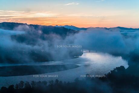 霧と朝焼けの信濃川の素材 [FYI00245817]