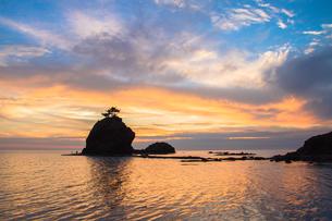 柏崎市・恋人岬から見た日本海の夕焼けの写真素材 [FYI00245822]