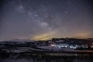 天の川と信濃川の雪景色(横構図)の写真素材 [FYI00245849]