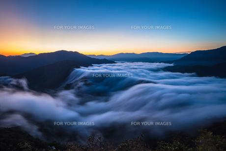 枝折峠 雲海の神秘的な夜明けの素材 [FYI00245855]