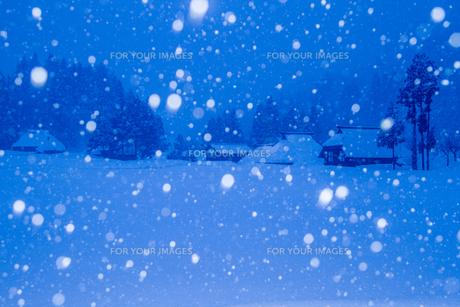 荻ノ島集落 深々と雪の降る夜の茅葺き民家の素材 [FYI00245856]
