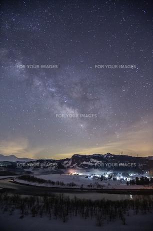 天の川と信濃川の雪景色(縦構図)の素材 [FYI00245858]