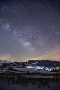 天の川と信濃川の雪景色(縦構図)の写真素材 [FYI00245858]